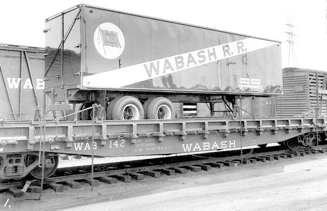 Wabash flat car 142 with trailer 302