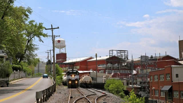 Final two shots of the Everett RR chase from previous set, here switching the large Appvion paper mill in Roaring Springs.