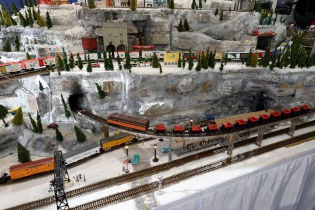 Famous-Barr (Macy's) corner window train display